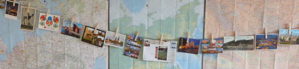 guirlande de cartes postales sur carte du monde. Tierceline